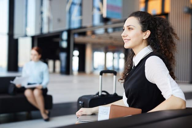 Jonge zakenvrouw in luchthaven