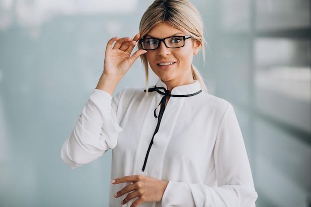 Jonge zakenvrouw in stijlvolle outfit in office