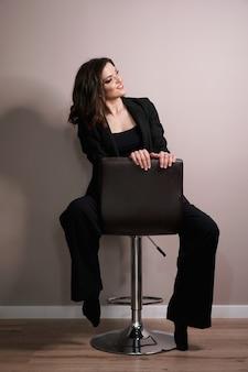 Jonge zakenvrouw in zwart pak