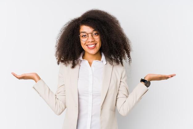 Jonge zakenvrouw maakt schaal met armen, voelt zich gelukkig en zelfverzekerd.