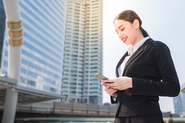 Jonge zakenvrouw met behulp van smartphone