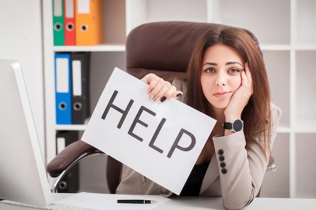 Jonge zakenvrouw met bericht in het kantoor