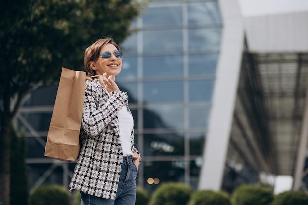 Jonge zakenvrouw met boodschappentas