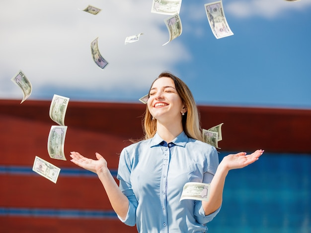 Jonge zakenvrouw met contant geld