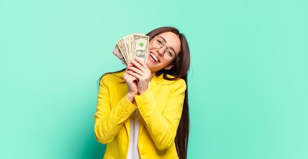 Jonge zakenvrouw met dollarbankbiljetten