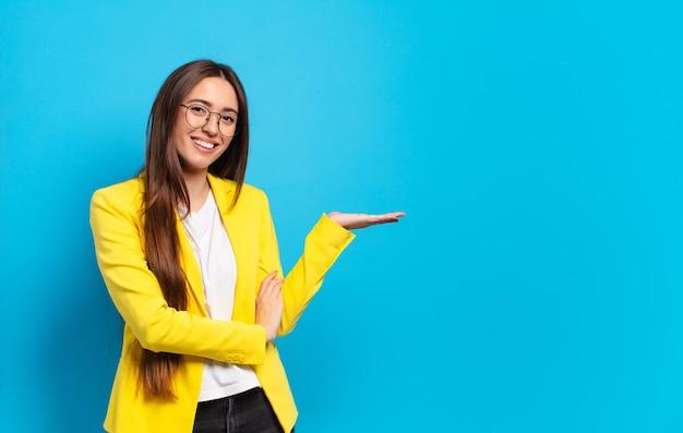 Jonge zakenvrouw met een kopie ruimte