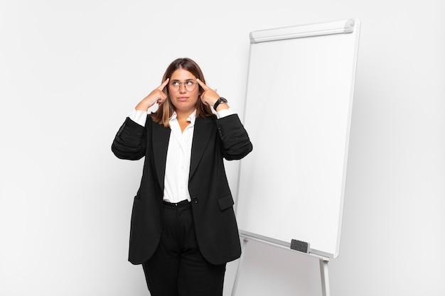 Jonge zakenvrouw met een wit bord