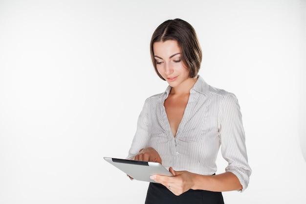 Jonge zakenvrouw met laptop