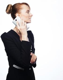 Jonge zakenvrouw met mobiele telefoon