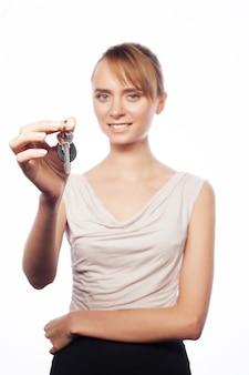 Jonge zakenvrouw met sleutel