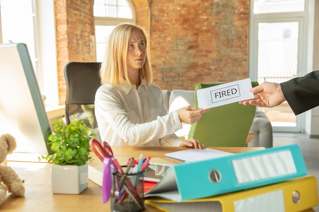 Jonge zakenvrouw ontslagen, kijkt boos