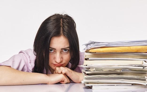 Jonge zakenvrouw op hard kantoorwerk