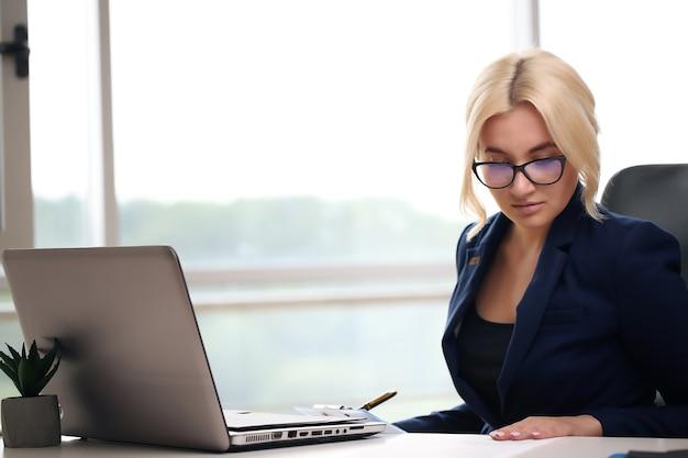 Jonge zakenvrouw op kantoor