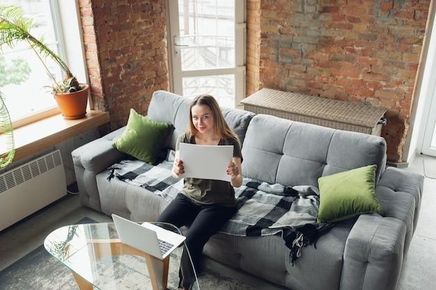 Jonge zakenvrouw op zoek naar werk thuis