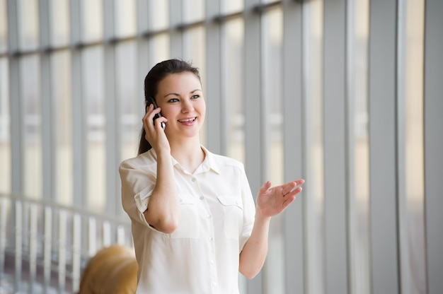 Jonge zakenvrouw praten op mobiele telefoon.