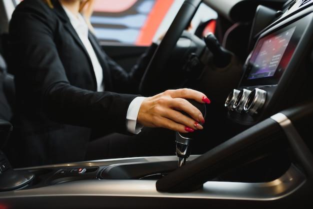 Jonge zakenvrouw rijden in haar auto om te werken.