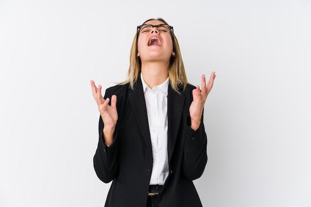 Jonge zakenvrouw schreeuwen naar de hemel, gefrustreerd opzoeken.