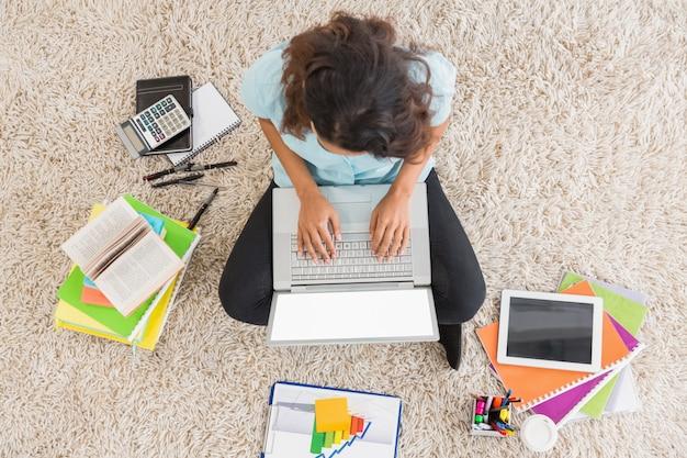 Jonge zakenvrouw te typen op de laptop