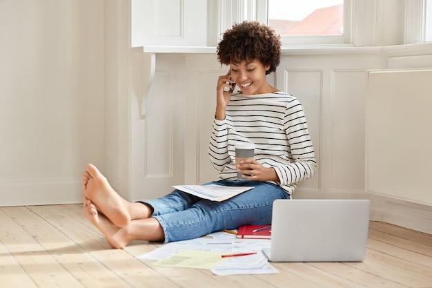 Jonge zakenvrouw thuis werken