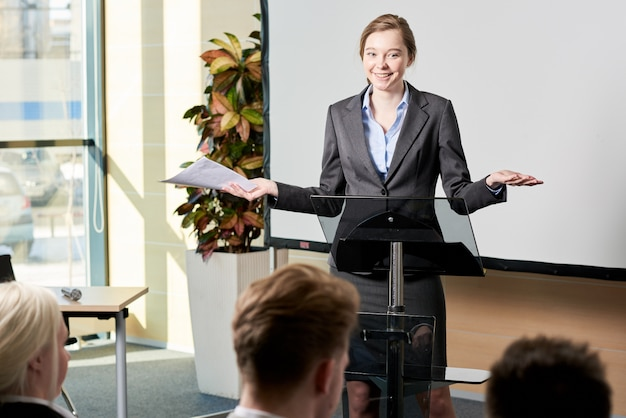 Jonge zakenvrouw toespraak houden