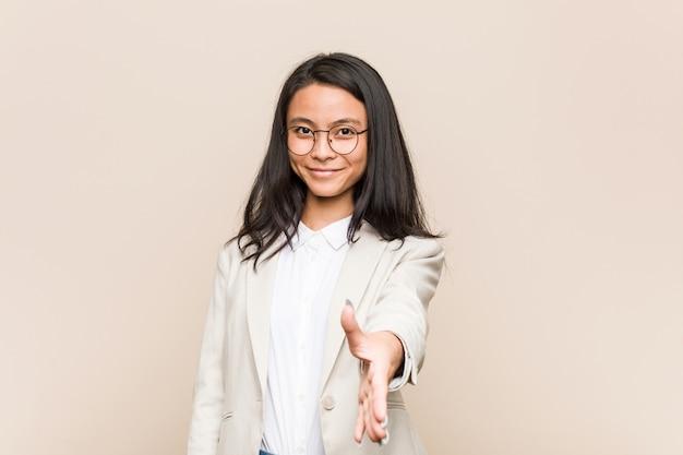 Jonge zakenvrouw uitrekkende hand
