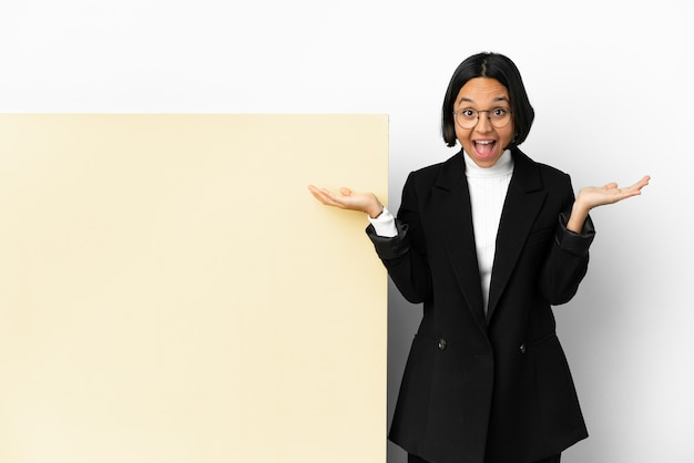Jonge zakenvrouw van gemengd ras met een grote banner geïsoleerde achtergrond met geschokte gezichtsuitdrukking