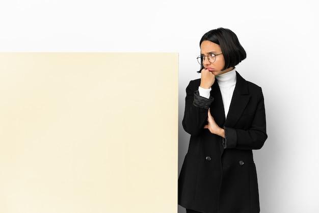 Jonge zakenvrouw van gemengd ras met een grote banner geïsoleerde achtergrond met vermoeide en verveelde uitdrukking