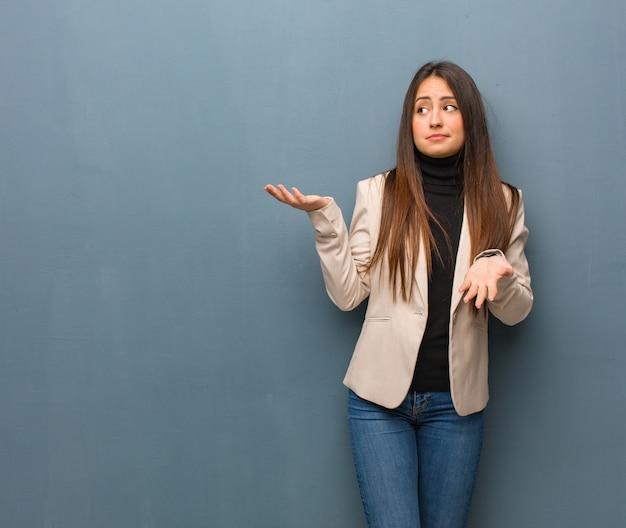 Jonge zakenvrouw verward en twijfelachtig