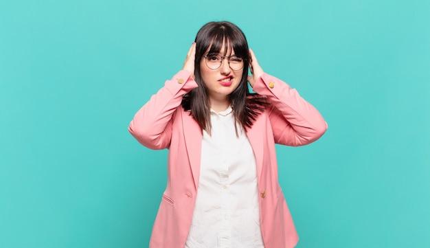 Jonge zakenvrouw voelt zich gefrustreerd en geïrriteerd, ziek en moe van het falen, beu met saaie, saaie taken