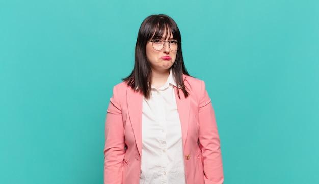 Jonge zakenvrouw voelt zich verdrietig en zeurt met een ongelukkige blik, huilt met een negatieve en gefrustreerde houding