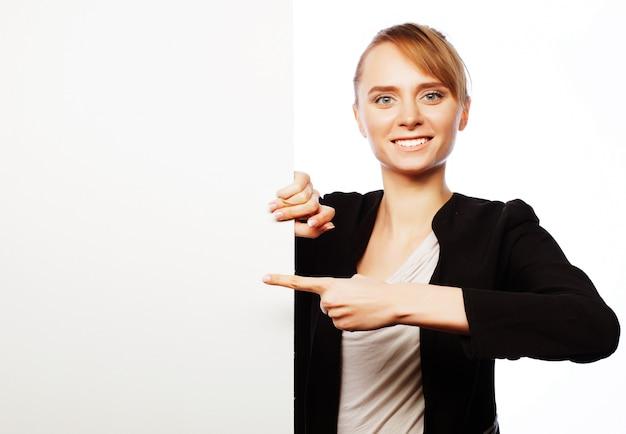 Jonge zakenvrouw weergegeven leeg bord