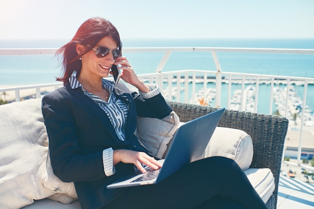 Jonge zakenvrouw werken op een prachtige locaties