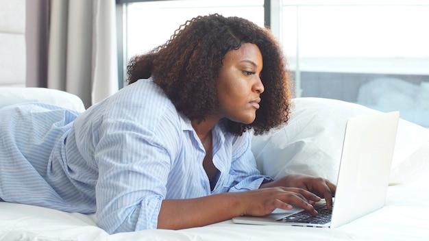 Jonge zakenvrouw werken op laptop thuis, in verband met de quarantaine van coronavirus