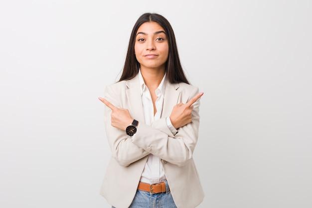 Jonge zakenvrouw wijst zijwaarts