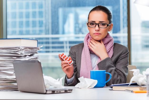 Jonge zakenvrouw ziek in het kantoor