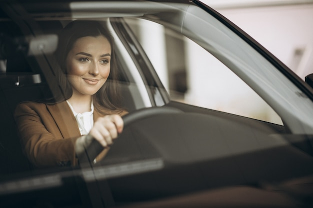 Jonge zakenvrouw zitten in auto