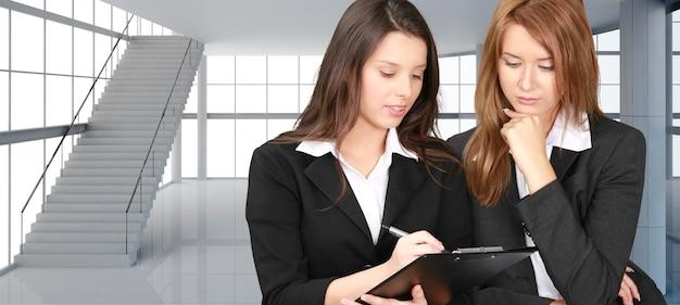 Jonge zakenvrouwen aan het werk