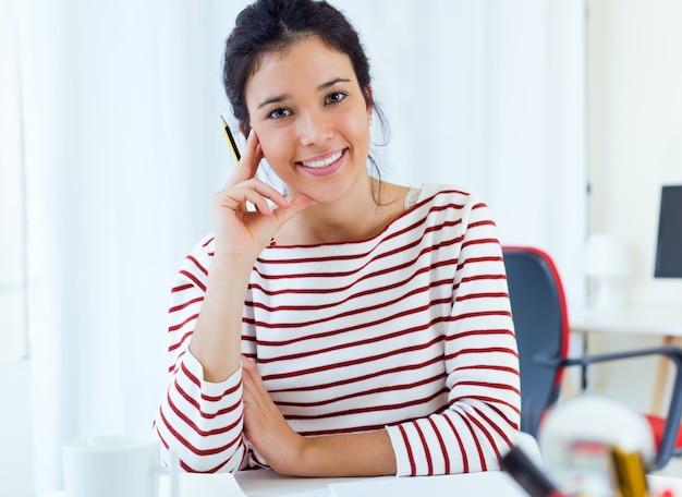 Jonge zakenvrouwen werken in haar kantoor.