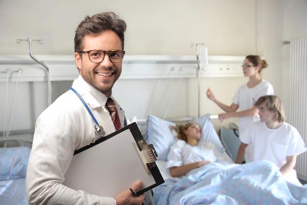 Jonge zelfverzekerde arts