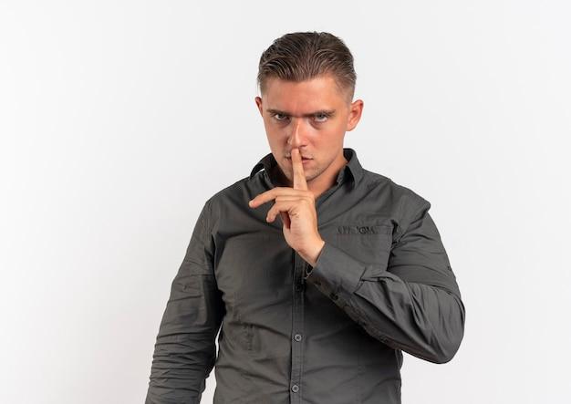 Jonge zelfverzekerde blonde knappe man gebaren stil hand teken geïsoleerd op een witte achtergrond met kopie ruimte