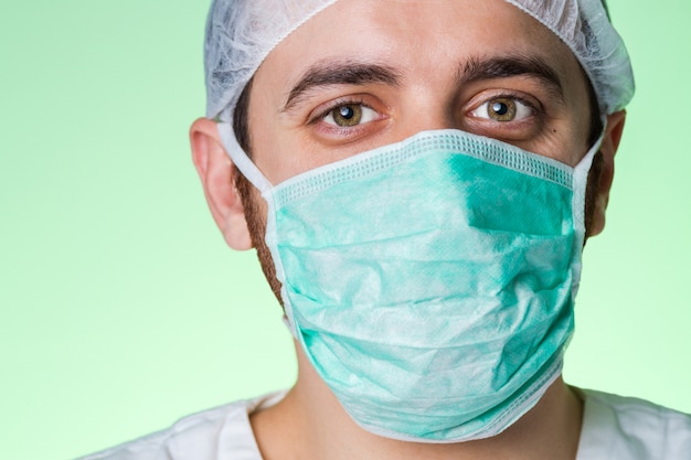 Jonge zelfverzekerde en vriendelijke arts geïsoleerd