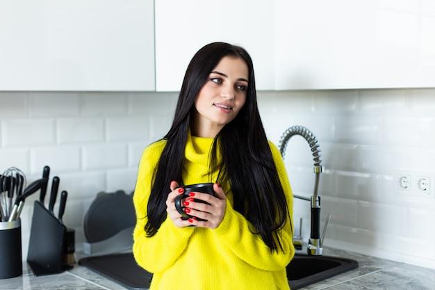 Jonge ziektevrouw het drinken thee thuis.