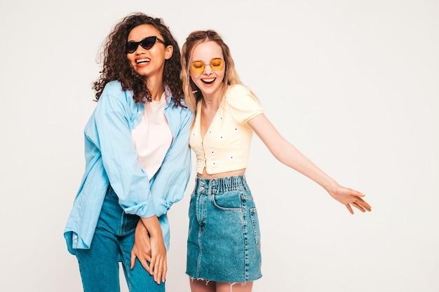 Jonge zorgeloze vrouwen poseren in studio