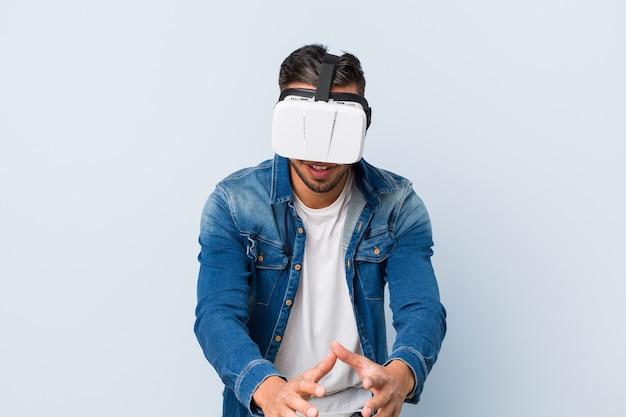 Jonge zuid-aziatische man spelen met virtual reality-bril