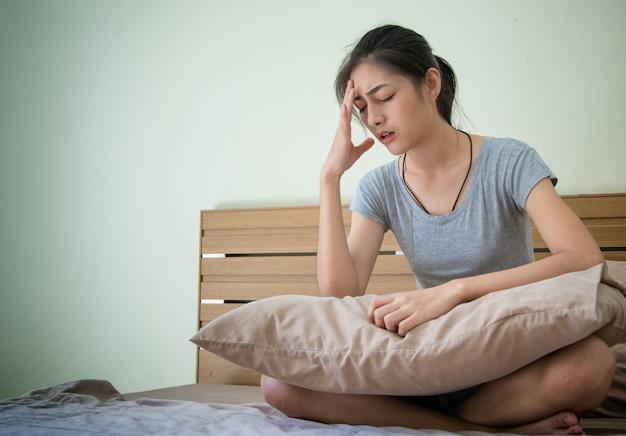 Jonge zwangere vrouw onwel gevoel, lijden aan ochtendmisselijkheid.