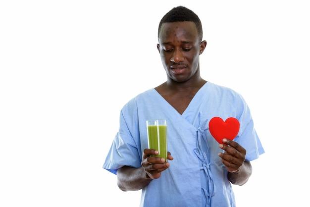 Jonge zwarte afrikaanse man patiënt glas kijken