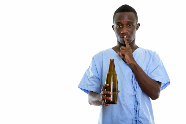 Jonge zwarte afrikaanse man patiënt met fles bier