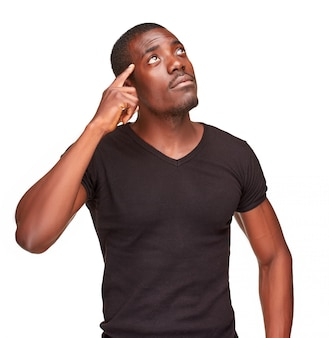 Jonge zwarte afrikaanse mens die en over iets denkt opherinneringen haalt