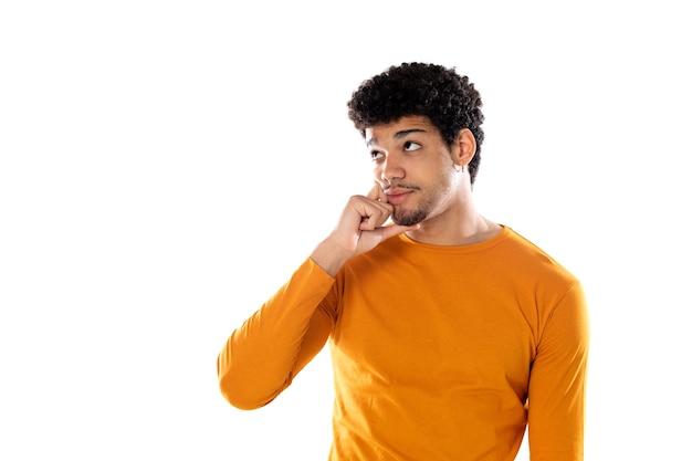Jonge zwarte afro man denken, twijfelachtig en verward voelen, met verschillende opties, zich afvragend welke beslissing te nemen geïsoleerd op een witte achtergrond