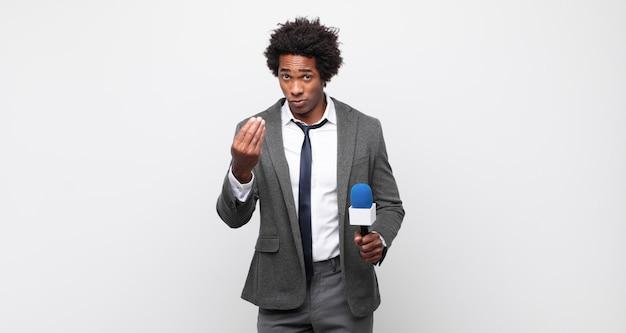Jonge zwarte afro man die capice of geldgebaar maakt en je vertelt je schulden te betalen!